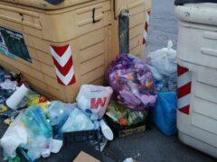 Isole di cassonetti trasformate in discariche: l'amministrazione posizioni le telecamere